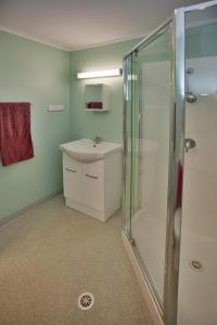 A bathroom at Karratha Lodge TWA