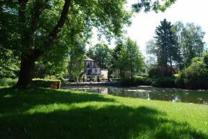 Ein Garten an der Unterkunft Hamborner Mühle