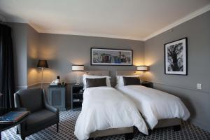 A bed or beds in a room at 54 on Bath