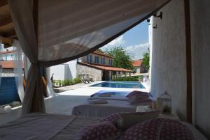Vue sur la piscine de l'établissement Country House Marića Gaj ou sur une piscine à proximité