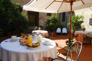 A restaurant or other place to eat at Hotel L'Antico Pozzo