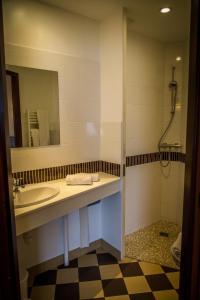 A bathroom at Brit Hotel Azur