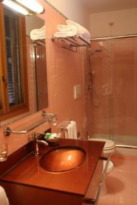 A bathroom at Flower Garden Hotel