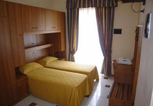 A bed or beds in a room at Hotel Mari 2
