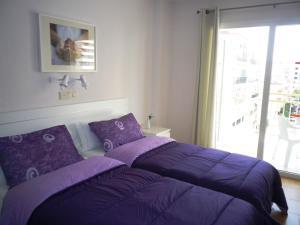 Een bed of bedden in een kamer bij Apartamentos Turísticos Yamasol
