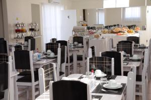 Um restaurante ou outro lugar para comer em San Marino Residence