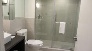 A bathroom at Harbor House Hotel and Marina