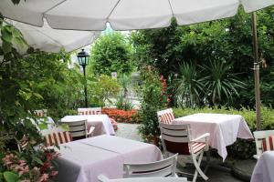 Ein Restaurant oder anderes Speiselokal in der Unterkunft Hotel Rigi Vitznau