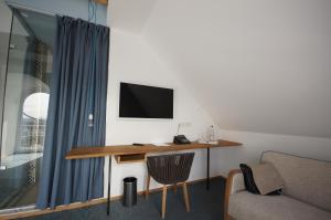 A television and/or entertainment centre at Hotel Schöne Aussicht