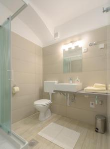 A bathroom at Old Town Rooms and Apartments