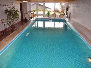 Der Swimmingpool an oder in der Nähe von Landhaus Harmonie