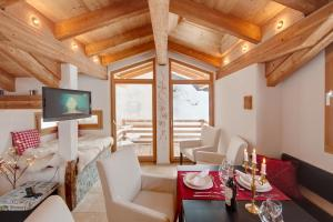A seating area at Chalet Alpoase