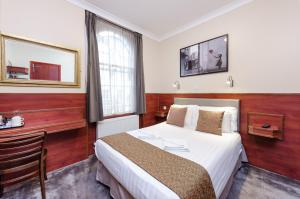 A bed or beds in a room at Wardonia Hotel