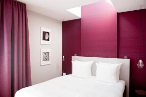 Een bed of bedden in een kamer bij Vesper Hotel