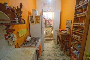 A kitchen or kitchenette at Guanaaní Hostel