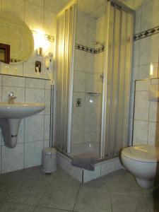 Ein Badezimmer in der Unterkunft Hotel Zum Erker