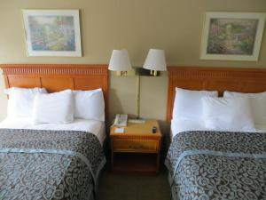 A bed or beds in a room at Days Inn by Wyndham Elberton
