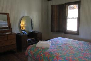 A bed or beds in a room at Lovedale Cottages Hunter Valley
