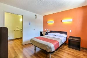 A bed or beds in a room at Motel 6-San Jose, CA - Airport