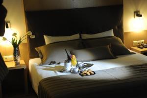 Ένα ή περισσότερα κρεβάτια σε δωμάτιο στο Ξενοδοχείο Σουίτες Κρηστωνία