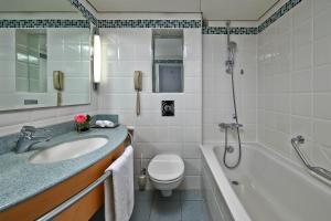 ヒルトン デュッセルドルフにあるバスルーム