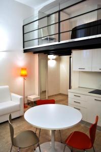 A kitchen or kitchenette at BB Hotels Aparthotel Bocconi