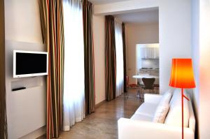 A television and/or entertainment center at BB Hotels Aparthotel Bocconi