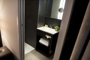 A bathroom at Hôtel Caron