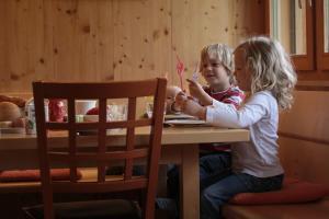 Kinder, die in der Unterkunft Bio Ferienbauernhof Greber übernachten