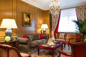 A seating area at Hôtel San Régis