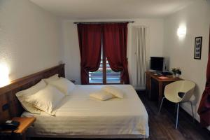 A bed or beds in a room at Ellex Hotel
