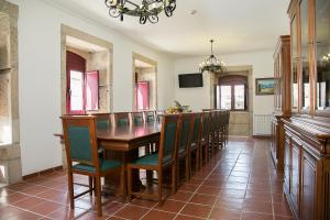 A restaurant or other place to eat at Solar dos Almeidas - Turismo de Habitacao