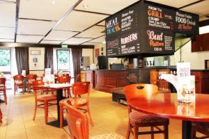 A restaurant or other place to eat at Campanile Hotel - Washington