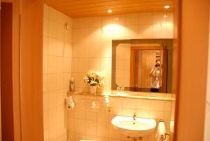 A bathroom at Hotel Edelweiss
