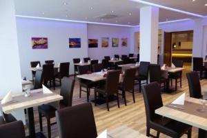 Ein Restaurant oder anderes Speiselokal in der Unterkunft Eichenhof Hotel