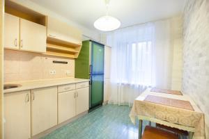 Кухня или мини-кухня в Standard Brusnika Apartment Kantemirovskaia