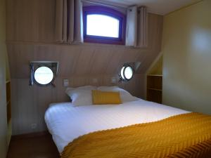 A bed or beds in a room at B&B Barge Johanna