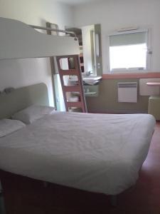 Двухъярусная кровать или двухъярусные кровати в номере ibis budget Poitiers Sud