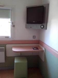 Телевизор и/или развлекательный центр в ibis budget Poitiers Sud