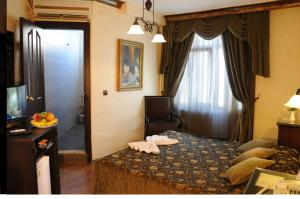 A bed or beds in a room at Megara Palace - Old City