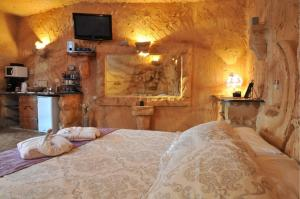 A bed or beds in a room at Caves of Genesis
