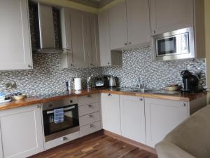 A kitchen or kitchenette at Hewlett Apartments