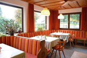 A restaurant or other place to eat at Gasthof Pension Hirlatz
