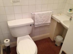 A bathroom at Kirkgate House Hotel