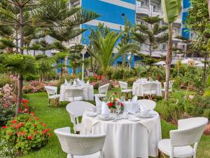 A restaurant or other place to eat at Hôtel Club Val d'Anfa