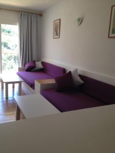 Een zitgedeelte bij Aparthotel Puerto Cala Vadella