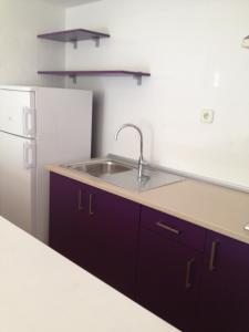 Een keuken of kitchenette bij Aparthotel Puerto Cala Vadella
