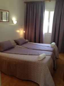 Een bed of bedden in een kamer bij Aparthotel Puerto Cala Vadella