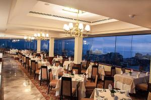 A restaurant or other place to eat at Hotel Estelar Miraflores