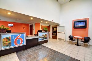 Hall o reception di Motel 6-Newport, RI